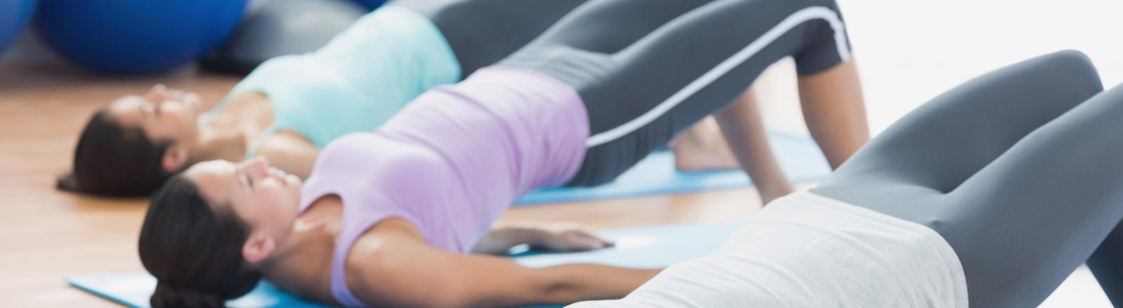 cabecera clase grupal yoga - fisioclinics bilbao